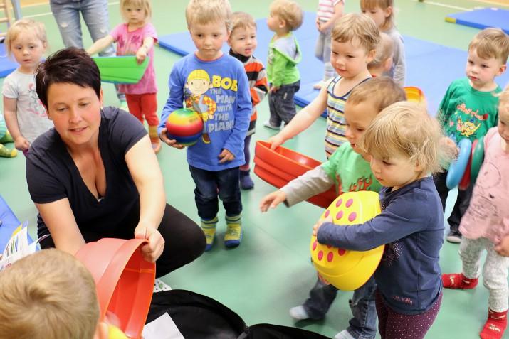 Kinder spielen mit den Regenbogen Flusssteinen (1)