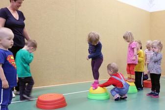 Kinder spielen mit den Regenbogen Flusssteinen (7)